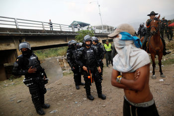 Над 320 души от венецуелските сили за сигурност са дезертирали в Колумбия