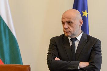 Според Томислав Дончев имотният скандал може да нанесе щети, а Цветанов дължи още информация