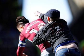 """Фен нахлу на терена и удари играч на """"Астън Вила"""" в дербито на Бирмингам"""