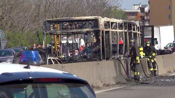 Мъж отвлече автобус с ученици в Италия и го подпали, децата избягаха