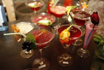Фотогалерия: Истории от чашите на десет български бара, или как се дирижира вечерта