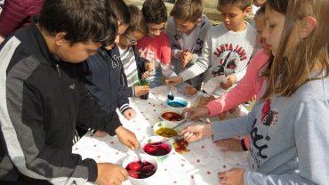 Деца боядисаха яйца в центъра на Габрово