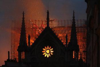 """Фотогалерия: """"Нотр Дам"""" в пламъци"""