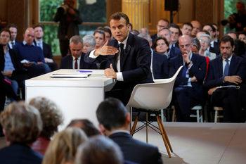 Макрон предложи по-лесно свикване на референдуми, но защити болезнените реформи