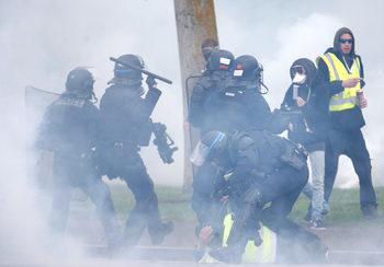 """Полицията отблъсна със сълзотворен газ """"жълтите жилетки"""" в Страсбург"""