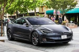 Tesla обновява фърмуера на Model S и X след два случая на самозапалване