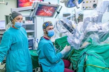 За първи път плевенски хирурзи извършиха робот-асистирана операция на пациент с язва на стомаха