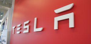 Търговската война между САЩ и Китай срива акциите на Tesla