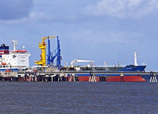 Петролът се задържа близо до постигнатия ценови връх