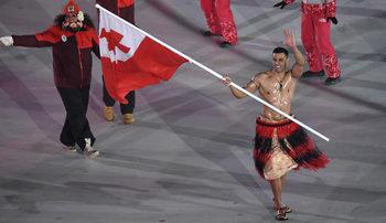 """""""Голият знаменосец"""" от Тонга се насочва към трети олимпийски спорт за Токио 2020"""
