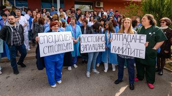 Лекарите от педиатричната болница продължават протестите, ще блокират движението