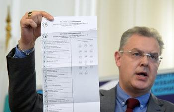 Снимка на деня: ЦИК показа бюлетината за евроизборите