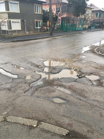 В Русе граждани запълват дупки