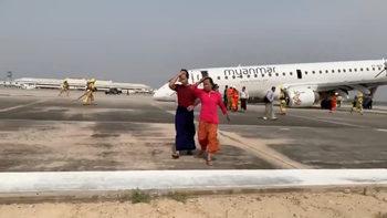 """Самолет се приземи аварийно """"по корем"""" в Мианмар"""