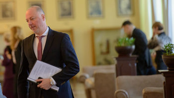 Държавата остава на летище София и след концесионирането му, каза министър Желязков