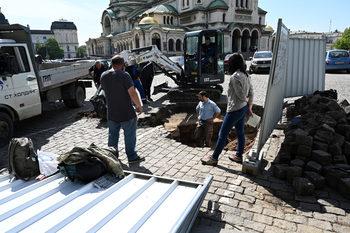 """Археолози попаднаха на античен гроб до храма """"Св. Александър Невски"""""""