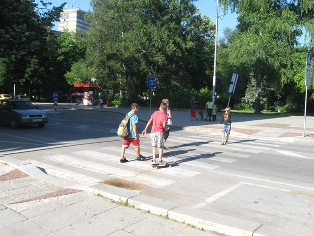 Възрастен водач не даде предимство на пешеходка и я блъсна на пътека