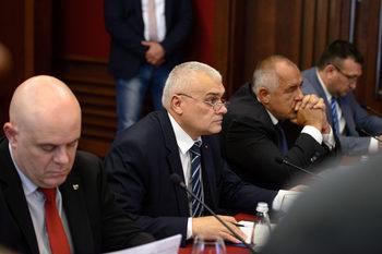 Операцията срещу военното разузнаване продължава в парламента