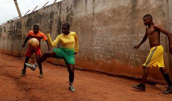 Фотогалерия: Футболните момичета на Камерун и техните мечти
