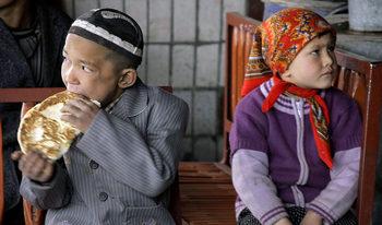 Китай разделя стотици хиляди деца мюсюлмани от семействата им, твърди Би Би Си