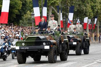 Фотогалерия: Летящи войници и дронове на парада за празника на Франция