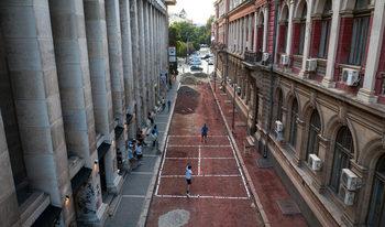Фотогалерия: Улица в центъра на София стана тенис корт