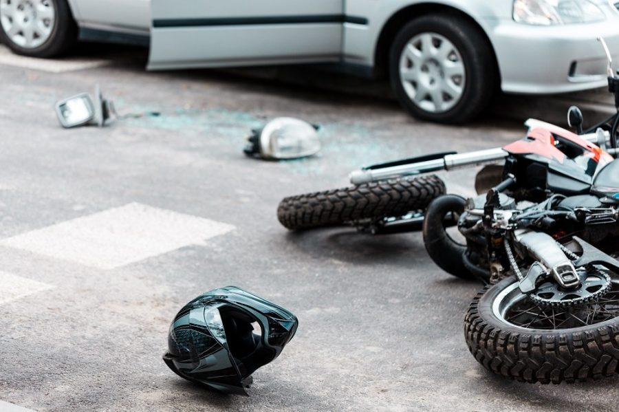 Млад моторист без книжка се натресе в кола на кръстовище