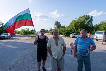 Блокадата в Крушаре – малко свиневъди, малко политика, малко опитни протестиращи