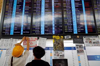 """Всички заминаващи полети са отменени в Хонконг, хиляди """"окупираха"""" летището"""