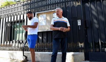 Крушарски протестира пред френското посолство заради отказана виза на футболист