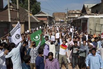 Лабиринт от бодлива тел и заграждения минава през главния град на Кашмир