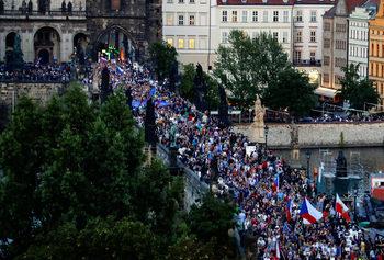 Близо 5 хил. души протираха срещу президента и премиера на Чехия
