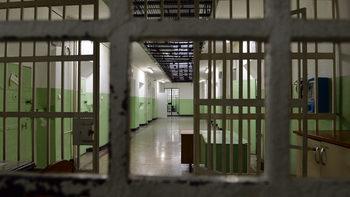 Полицията издирва двама лишени от свобода, избягали от затвора в Стара Загора