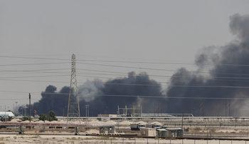 Саудитска Арабия сви добива на петрол наполовина след атаката с дронове