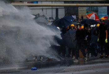 Властите в Хонконг търсят пиари, но всички им отказват