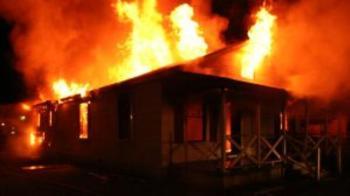 """Тухлена постройка горя на ул. """"Вардар"""" в Плевен, обитателят запалил вътре отпадъци"""