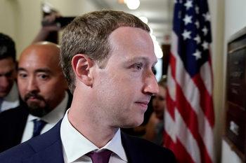 """За """"Фейсбук"""" всички са равни, но политиците са по-равни"""