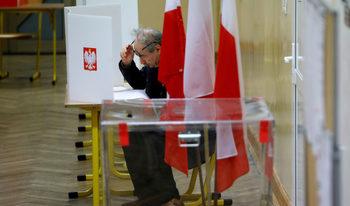 Победата на управляващите в Полша: Щедра социална политика за сметка на демокрацията