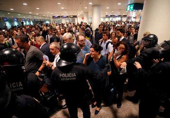 Ожесточени сблъсъци на летището в Барселона след присъдите срещу каталунските сепаратисти