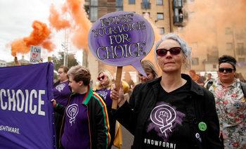Абортите и еднополовите бракове в Северна Ирландия стават законни от днес