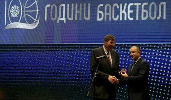 Снимка на деня: Президентът Радев и легенди отбелязаха 100 години баскетбол в България