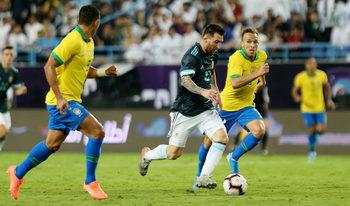 Снимка на деня: Триумфалното завръщане на Меси срещу Бразилия