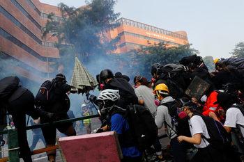 Ожесточени сблъсъци в университет в Хонконг, Китай обвини Великобритания в намеса