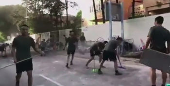 Китайските войници в Хонконг излязоха с метли и къси панталони