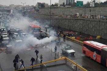 Властта в Иран си създаде проблем с цените на бензина