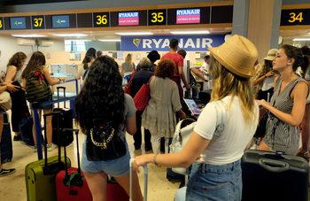 """Испания забрани на """"Райънер"""" да таксува пътниците за ръчния им багаж"""