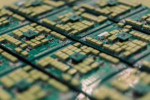 До три години Китай спира използването на чуждестранни компютри и софтуер