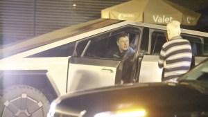 Илон Мъск удари табела на пътя, докато кара новия Cybertruck