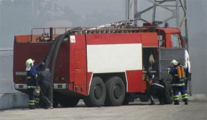 """Пожарникари отстраниха опасна плоча от сграда на ул. """"Ал. Стамболийски"""""""