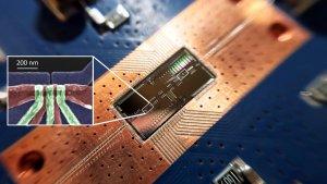 Физиците преодоляха ограниченията на силициевите квантови чипове